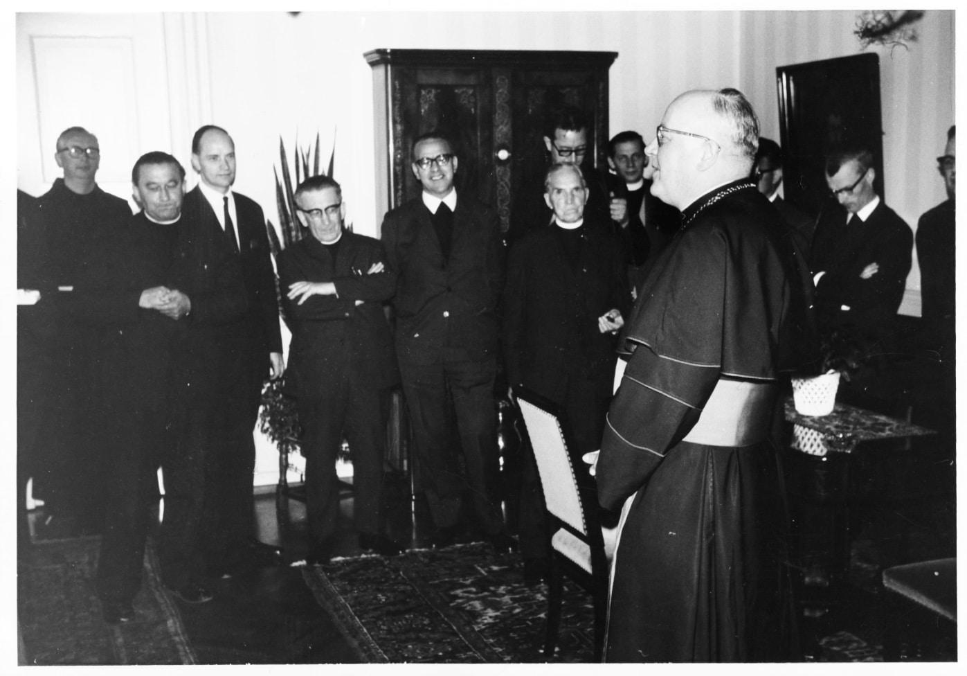 Bischof Wittler begrüßt die Teilnehmer der ersten Studientagung im Jahr 1968 in seinem Haus.