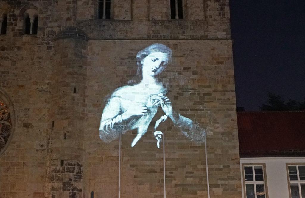 """Die """"Knotenlöserin"""" aus St. Peter am Perlach in Augsburg als Projektion am Osnabrücker Dom."""