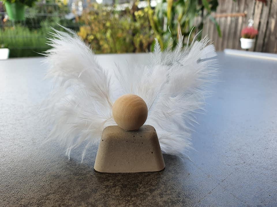 Engel auf einem Tisch