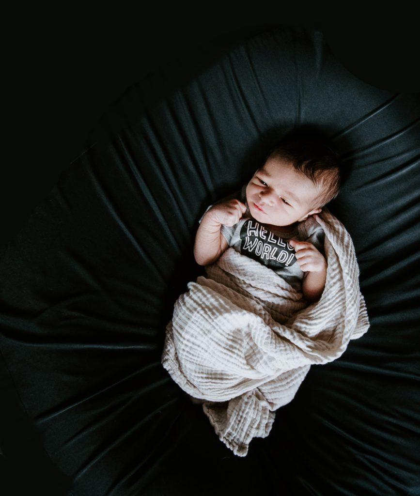 Baby liegt in einem Bett