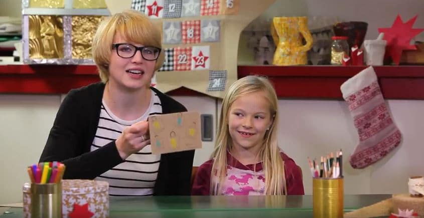 Leonie bastelt eine Postkarte