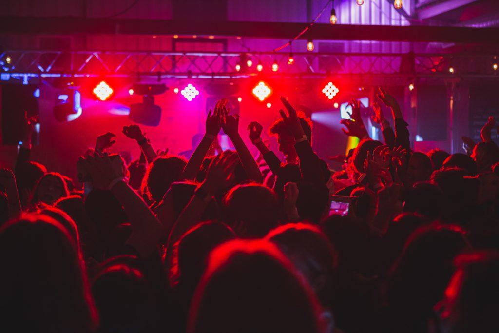 Eine tanzende Menge in der Diskothek