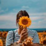 Frau mit Sonnenblume