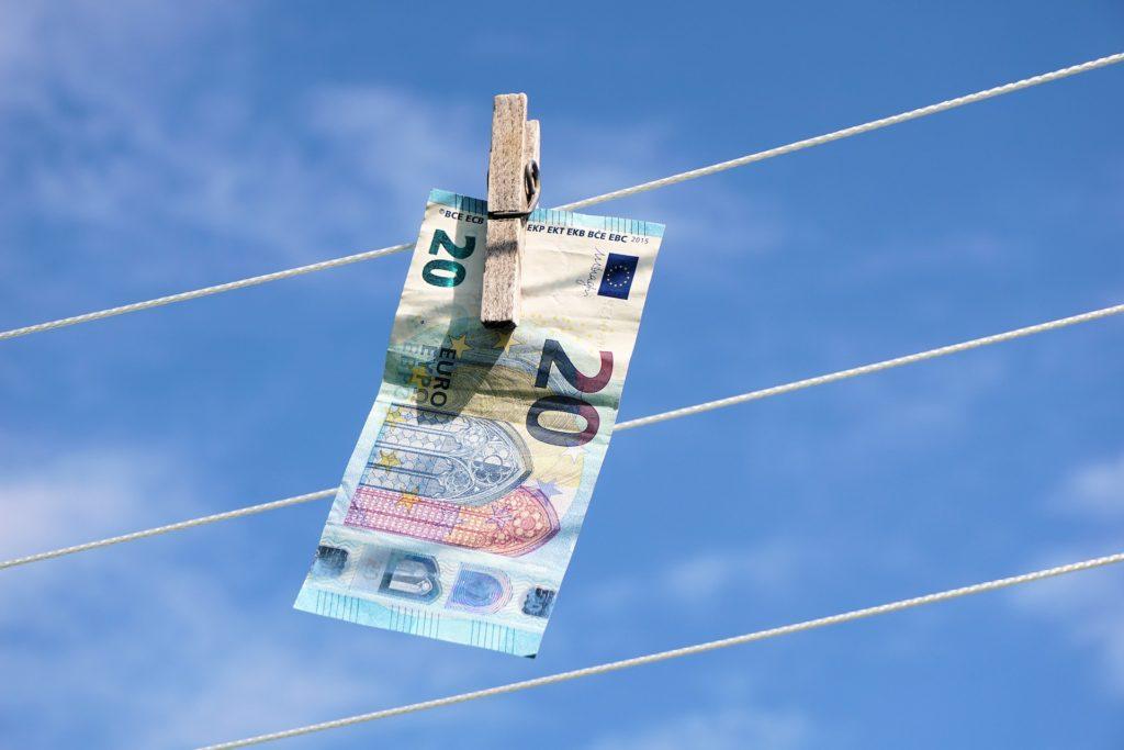 Geldschein an Wäscheleine