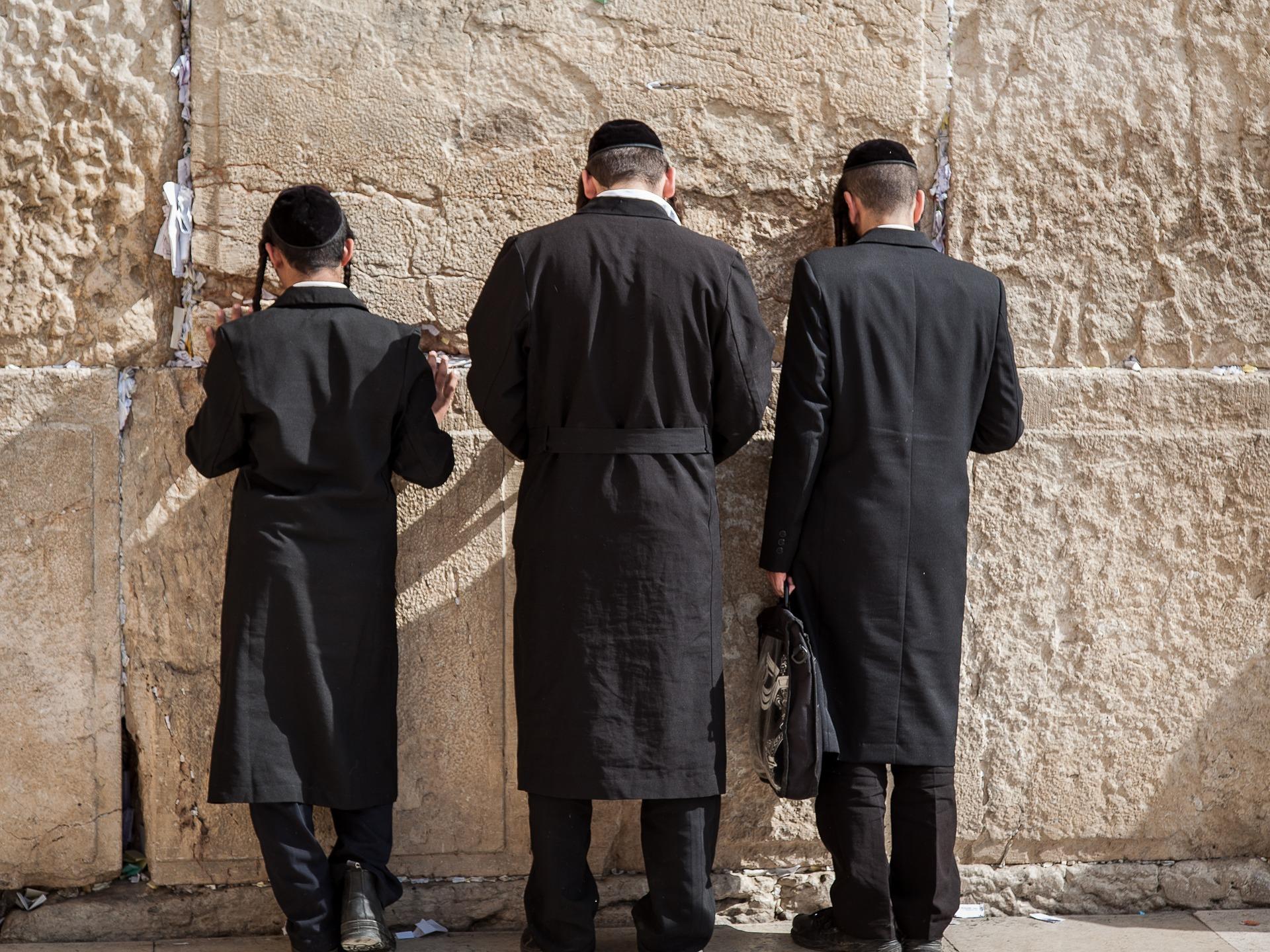Männer vor Klagemauer