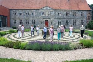 Menschen in einem Labyrinth