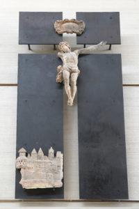 Kreuz mit einem gebrochenen Körper