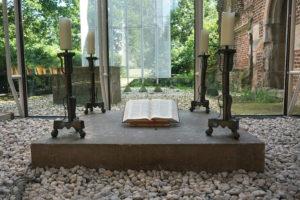 aufgeschlagenes Buch auf einem Stein