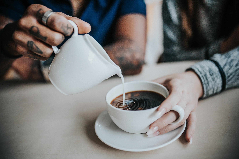 Paar mit Kaffeetasse