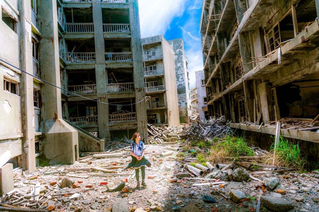 Frau, zerstörte Häuser