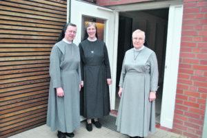 Drei Schwestern vor offener Tür