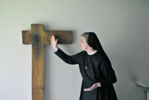 Nonne vor Kreuz
