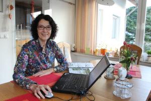 Gertrud Friedrichs vor einem Laptop