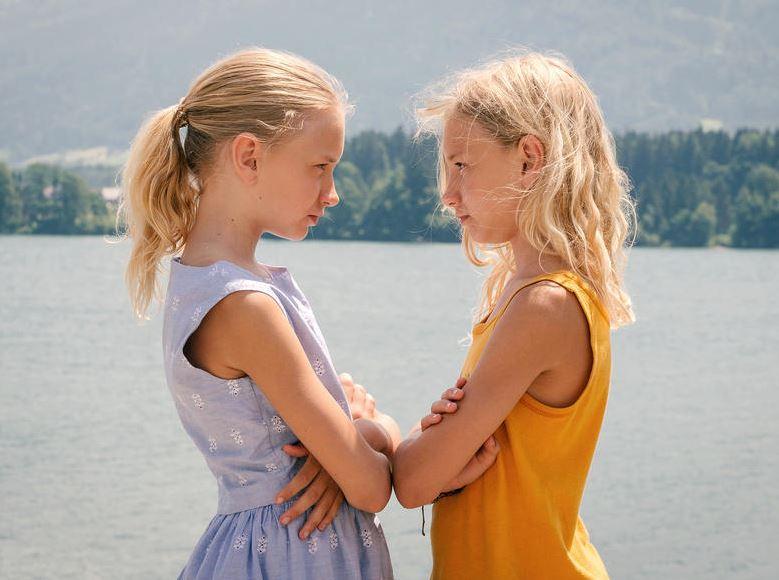 Lotte und Luise stehen sich gegenüber.