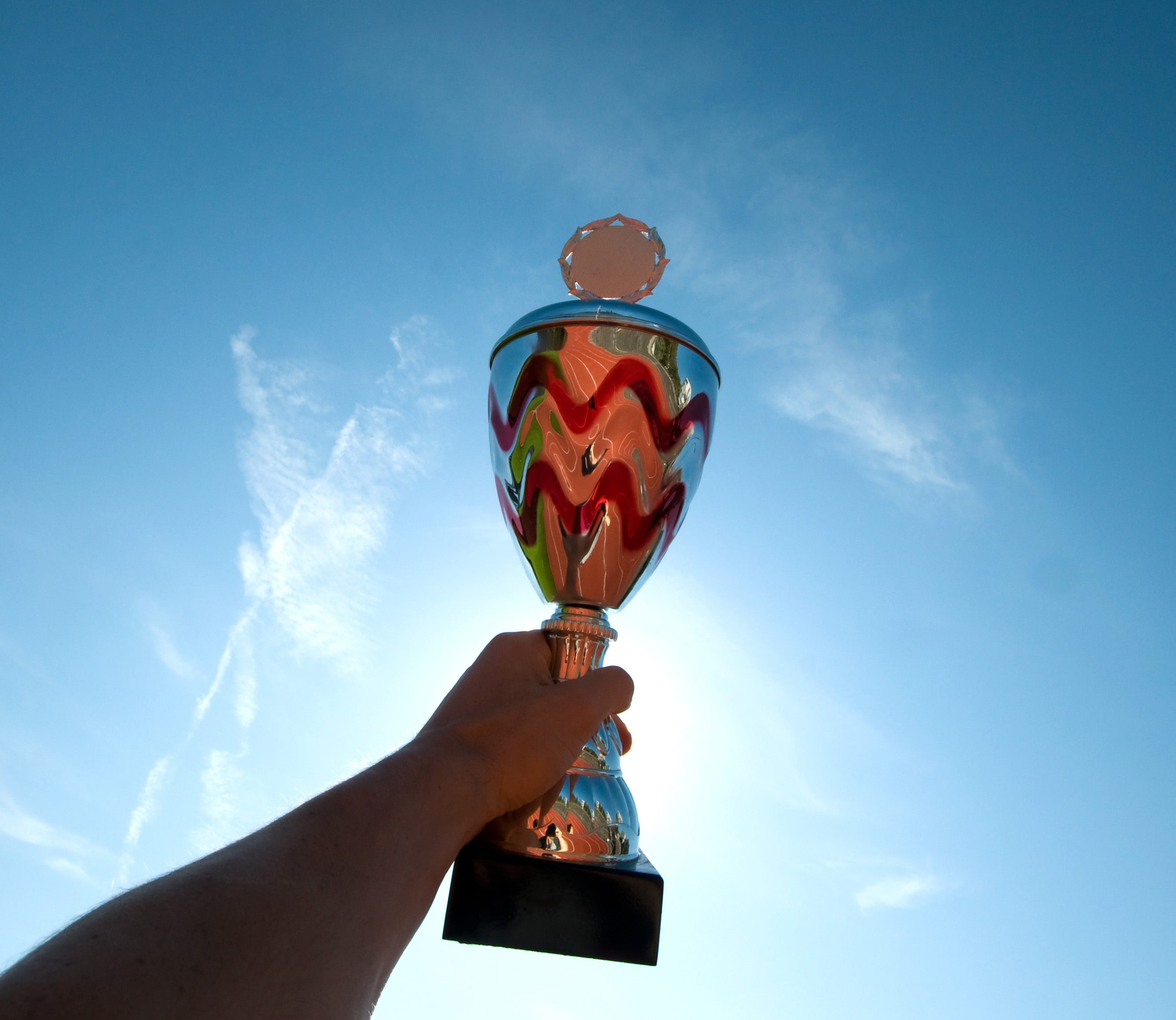 Ein Pokal vor blauem Himmel