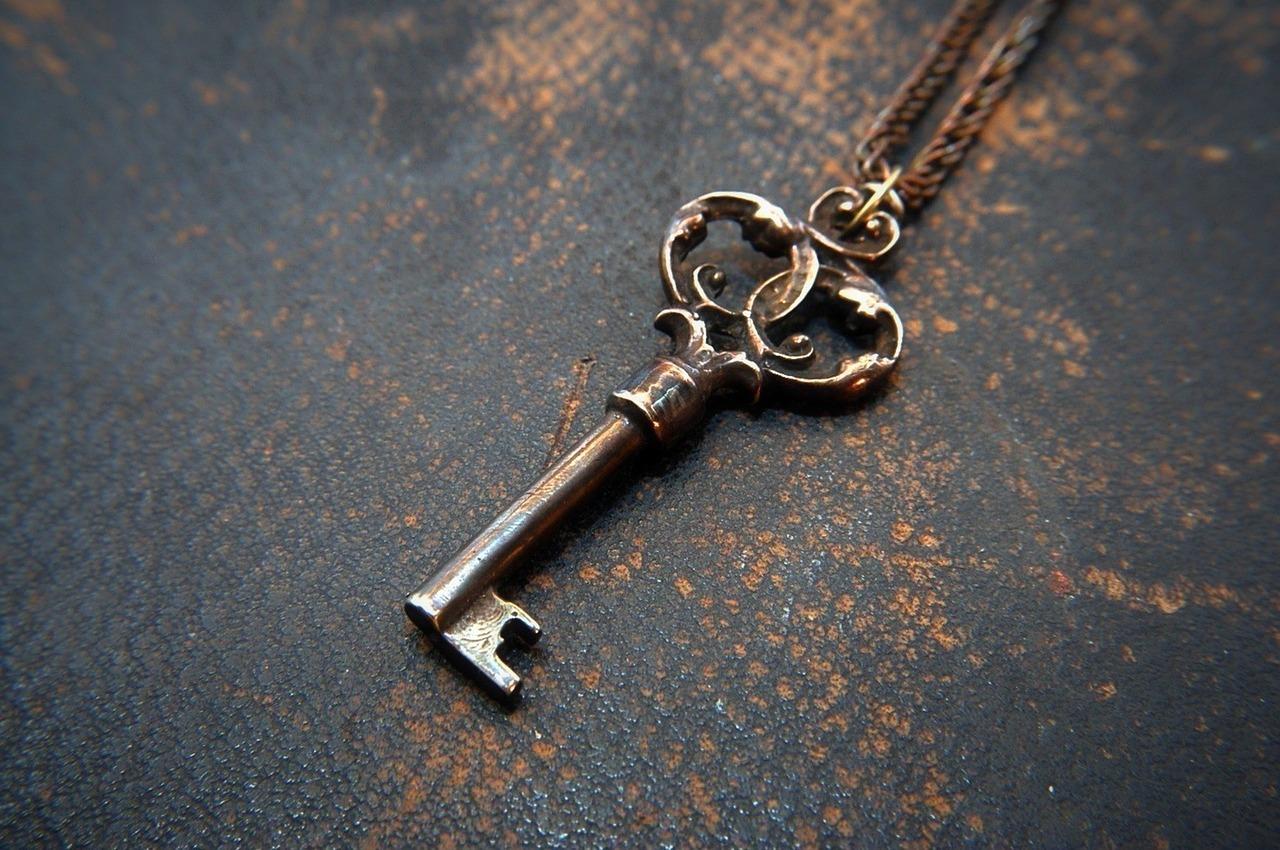 Ein alter Schlüssel liegt auf dem Boden.
