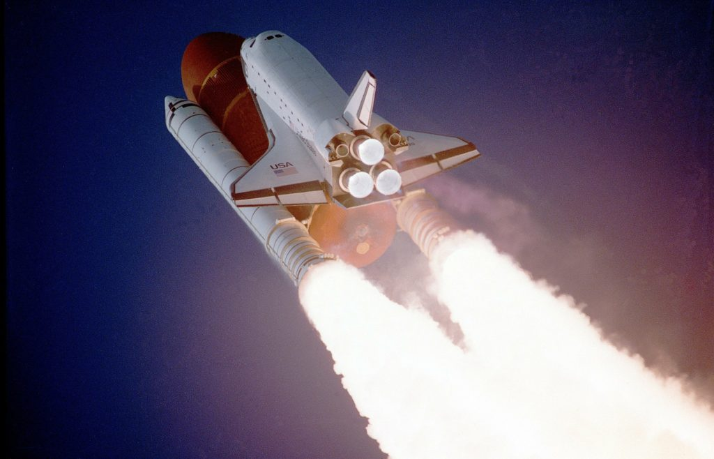 Ein Space Shuttle startet.