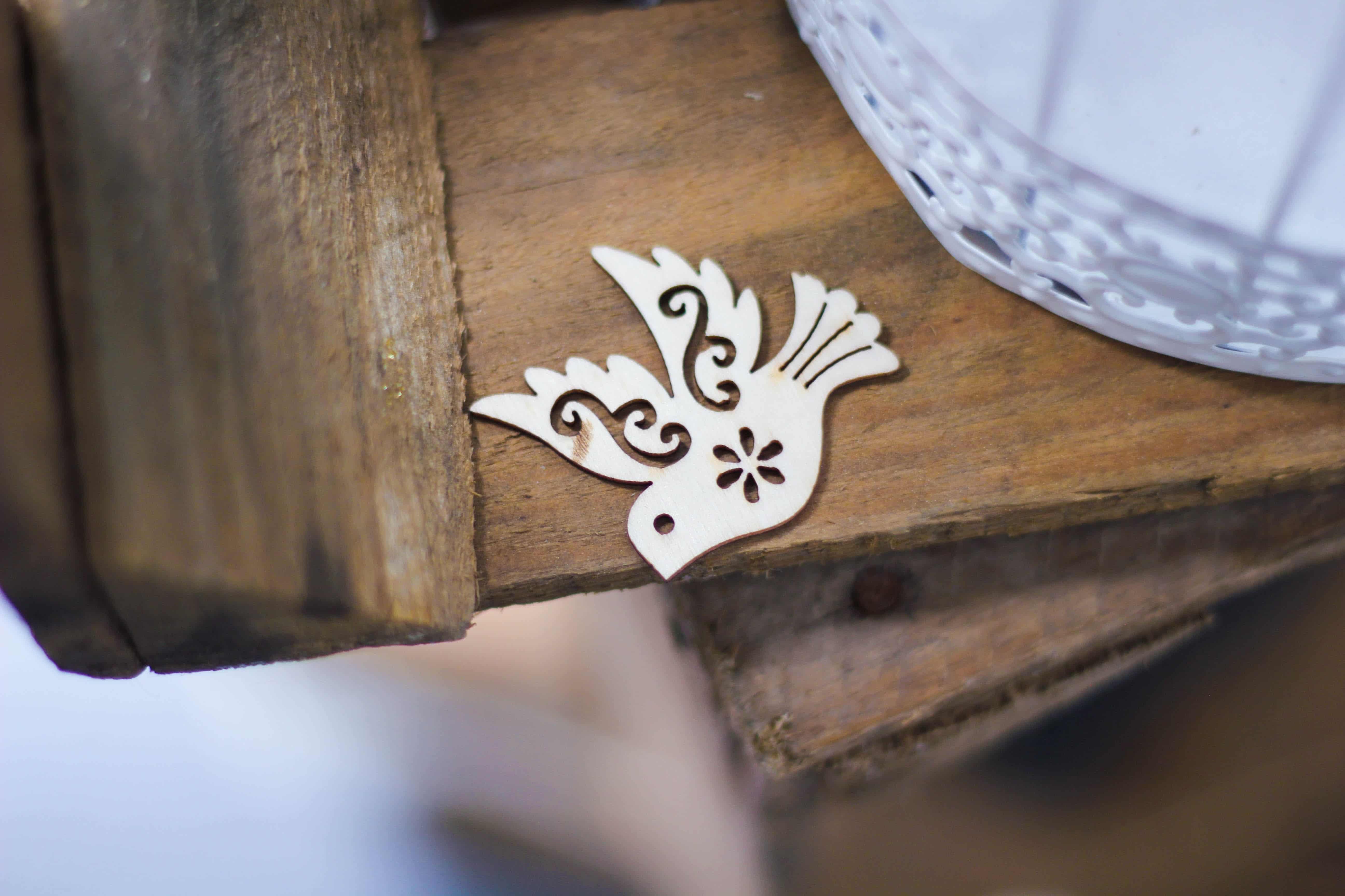 Eine Taube aus Metall auf einem Tisch