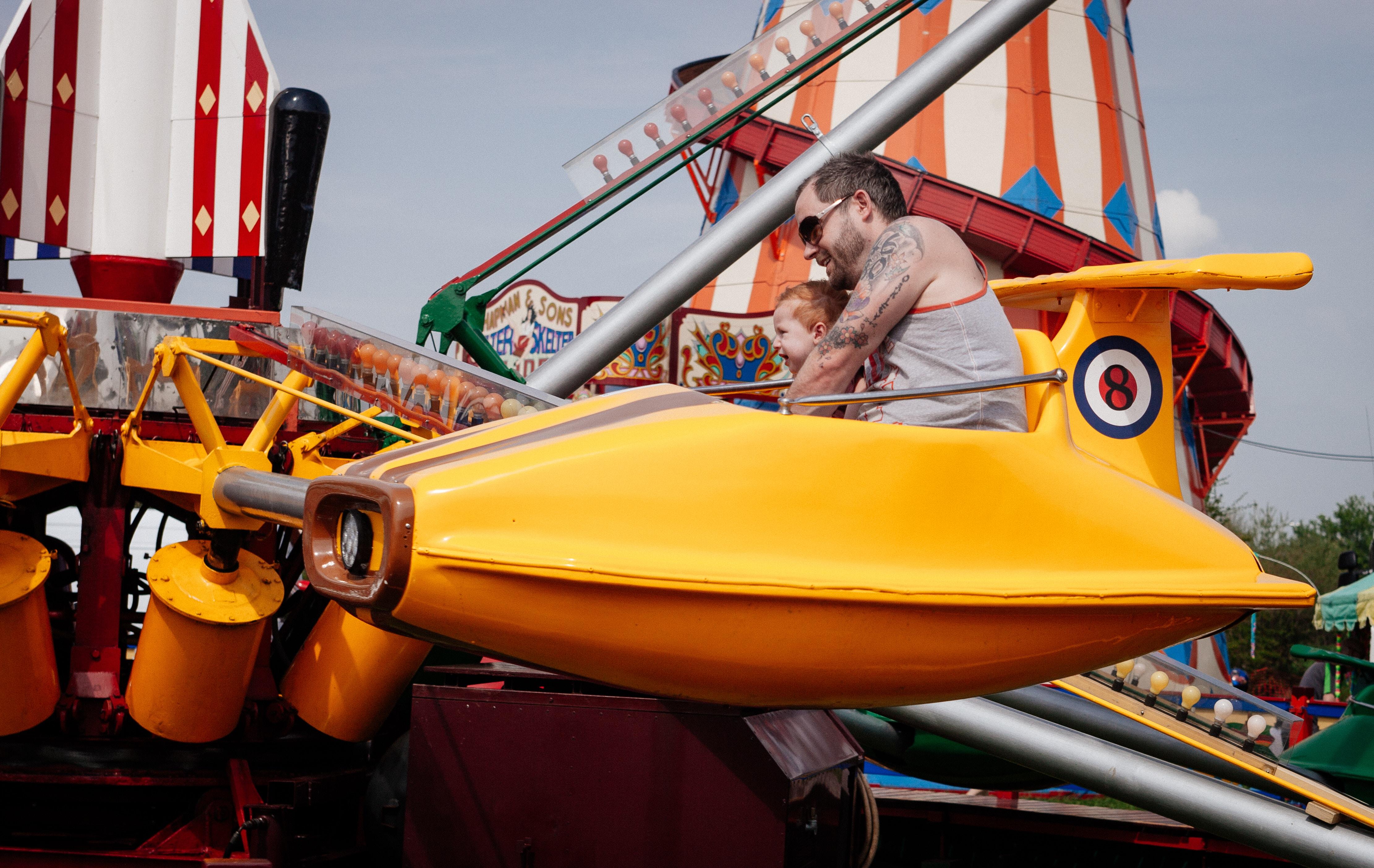 Vater und Sohn im Karussell