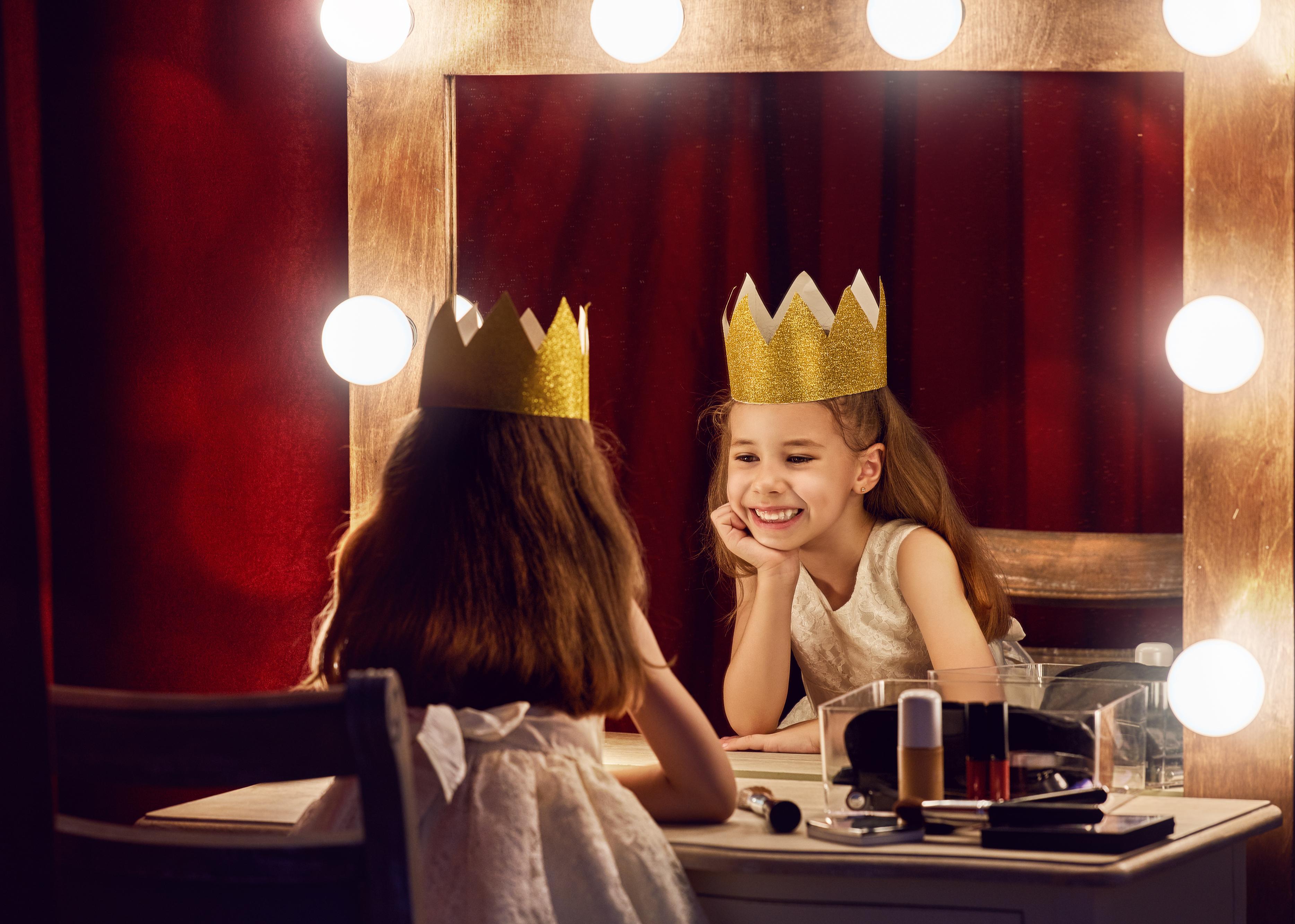 Mädchen vor dem Spiegel