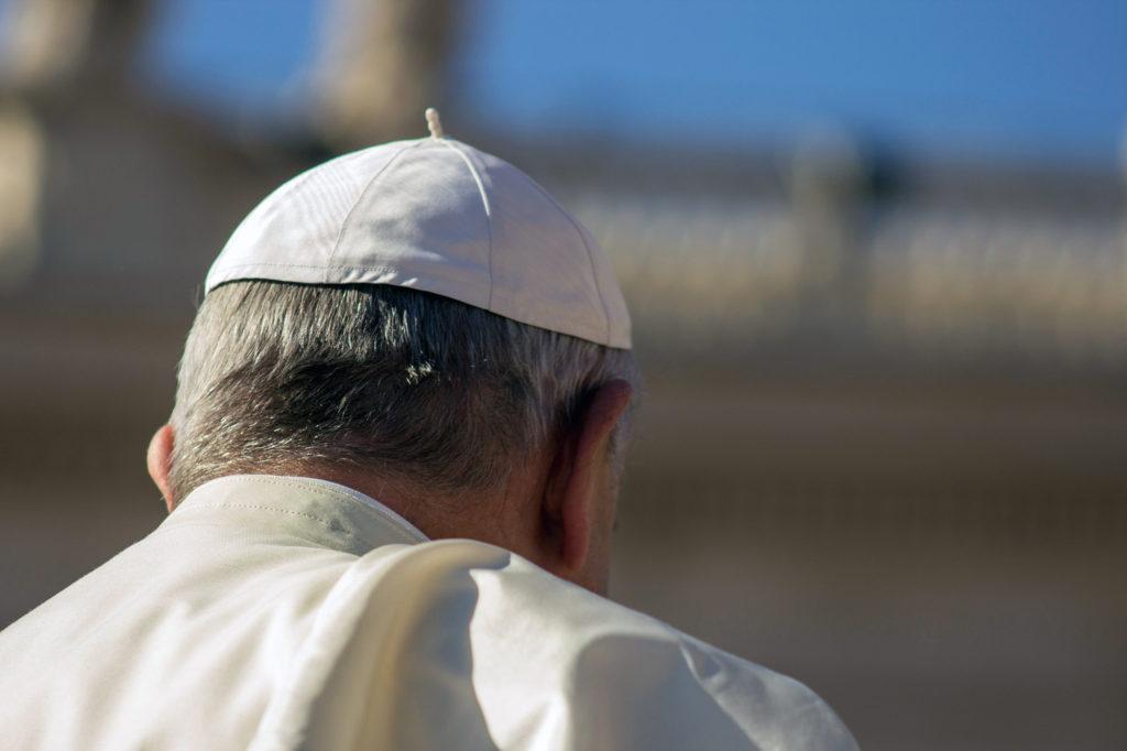 Papst Franziskus von hinten