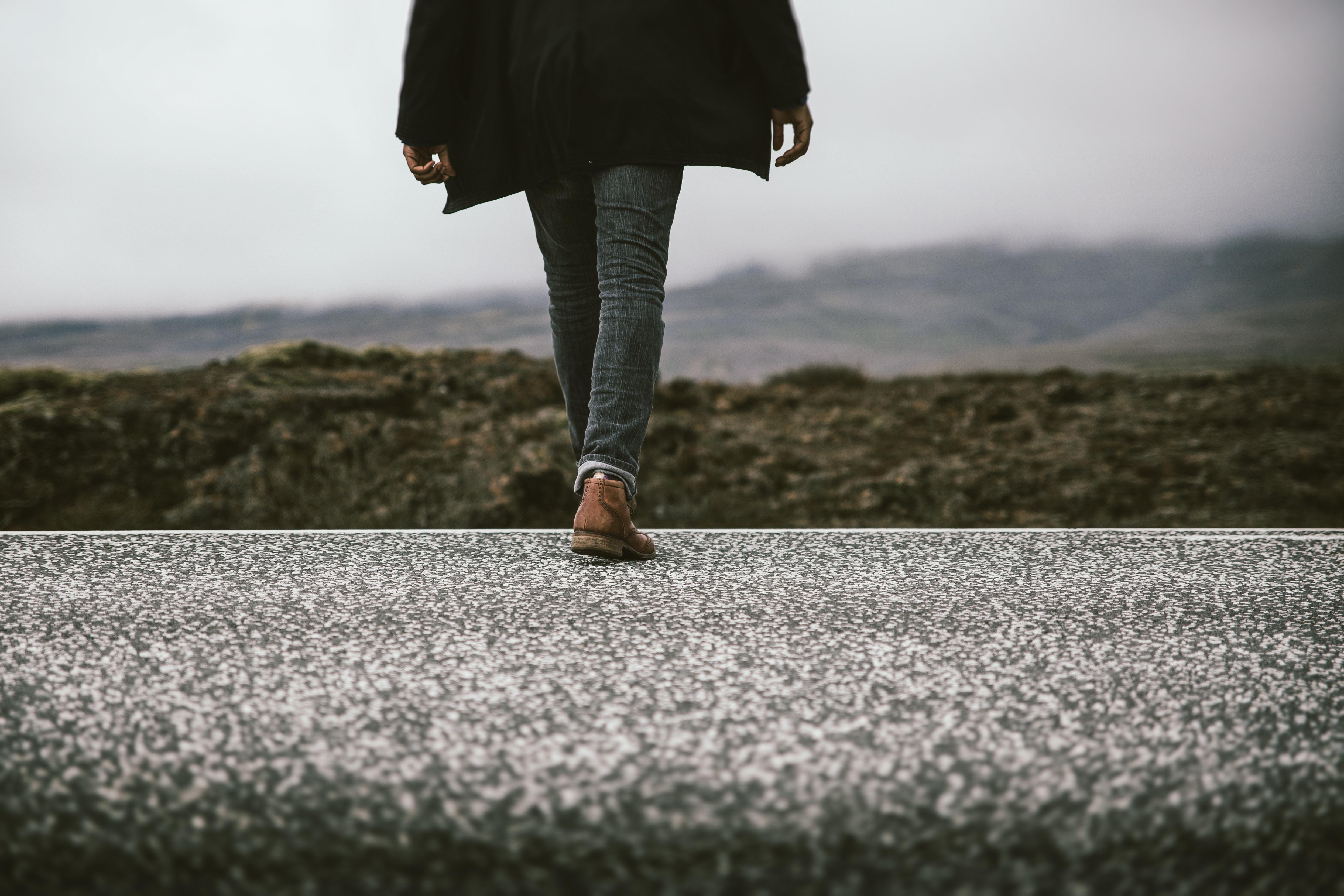 Füße in Berglandschaft