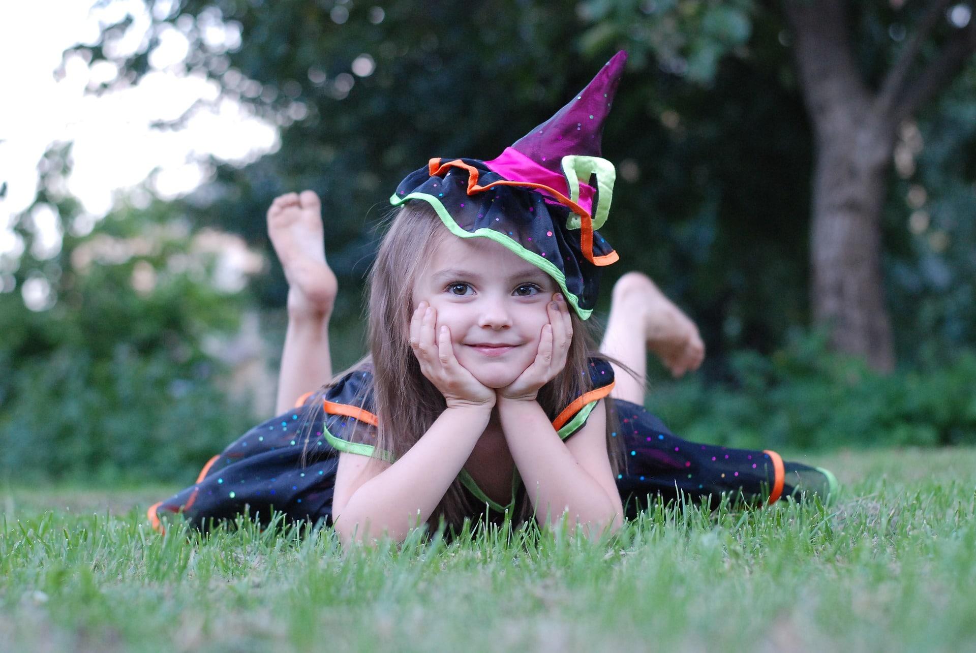 kleines Mädchen in Hexenkostüm