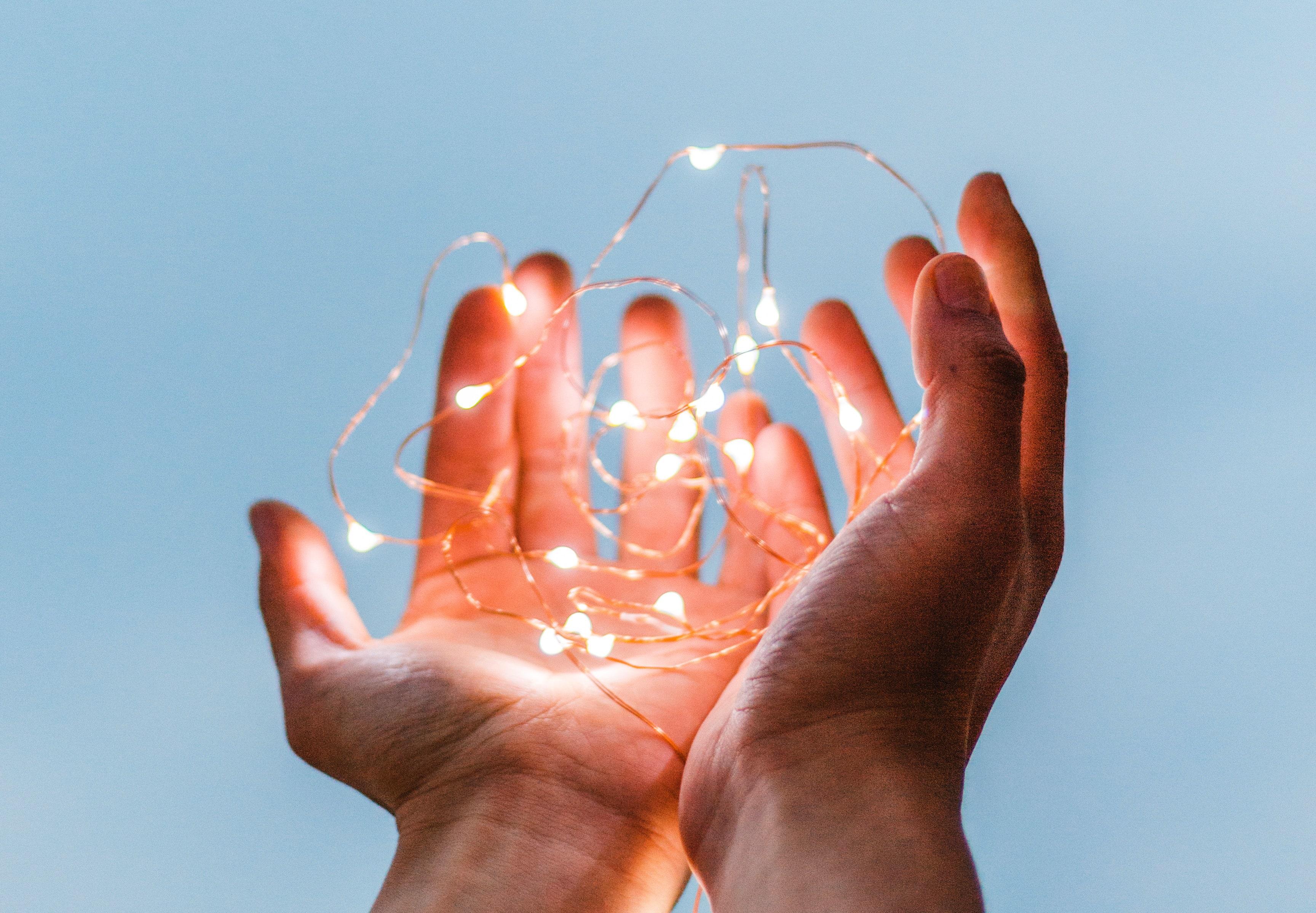 Hände halten Lichterkette
