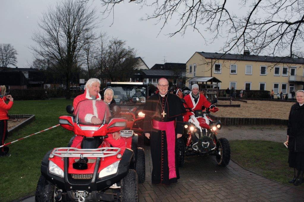 Weihbischof Johannes Wübbe segnet Nikoläuse auf Quads bei der Weihnachtsfeier von Don Bosco