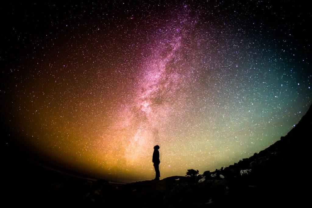 Mensch schaut ins Weltall
