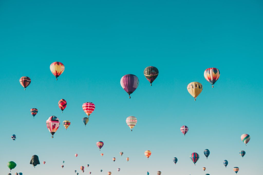 bunte Heißluftballons fliegen am Himmel