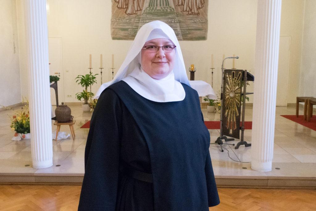 Schwester Josefine, Novizin der Benediktinerinnen in Osnabrück, vor dem Altar in der Klosterkapelle