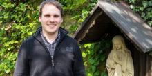 Berufung: Priesteramtsanwärter Kristian Pohlmann vor der hl. Maria im Garten des Priesterseminars in Osnabrück.