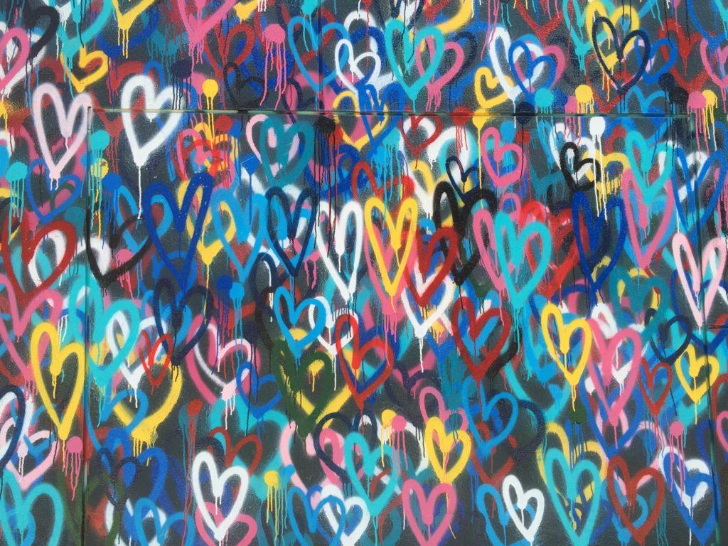 Herzen auf einer Wand