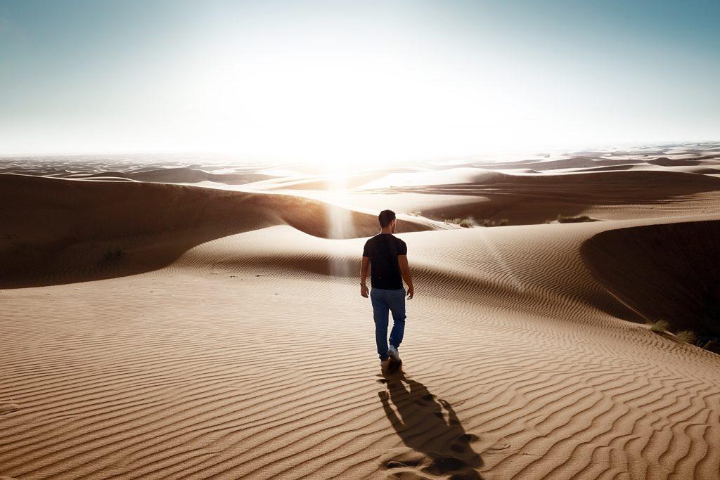 Mann wandert durch Wüste