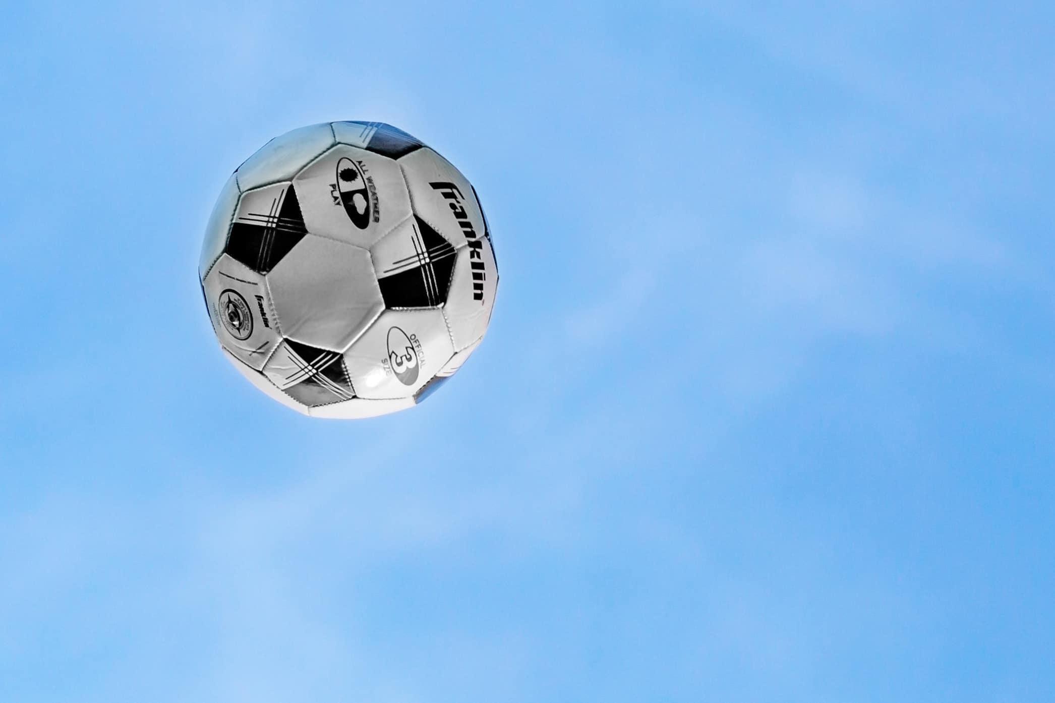 Fußball am Himmel