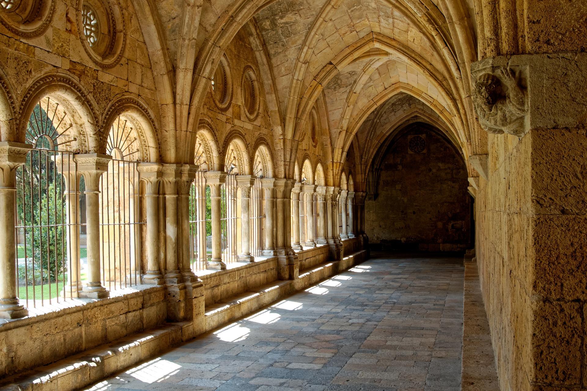Kreuzgang eines Klosters im Sonnenschein