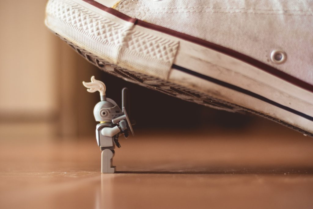 Lego-Figur unter dem Schuh