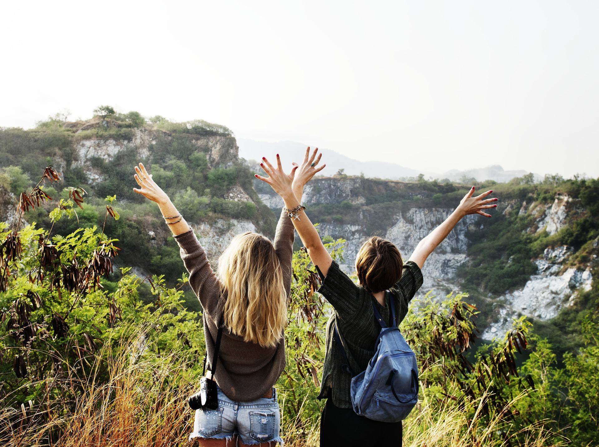 zwei Mädels wandern