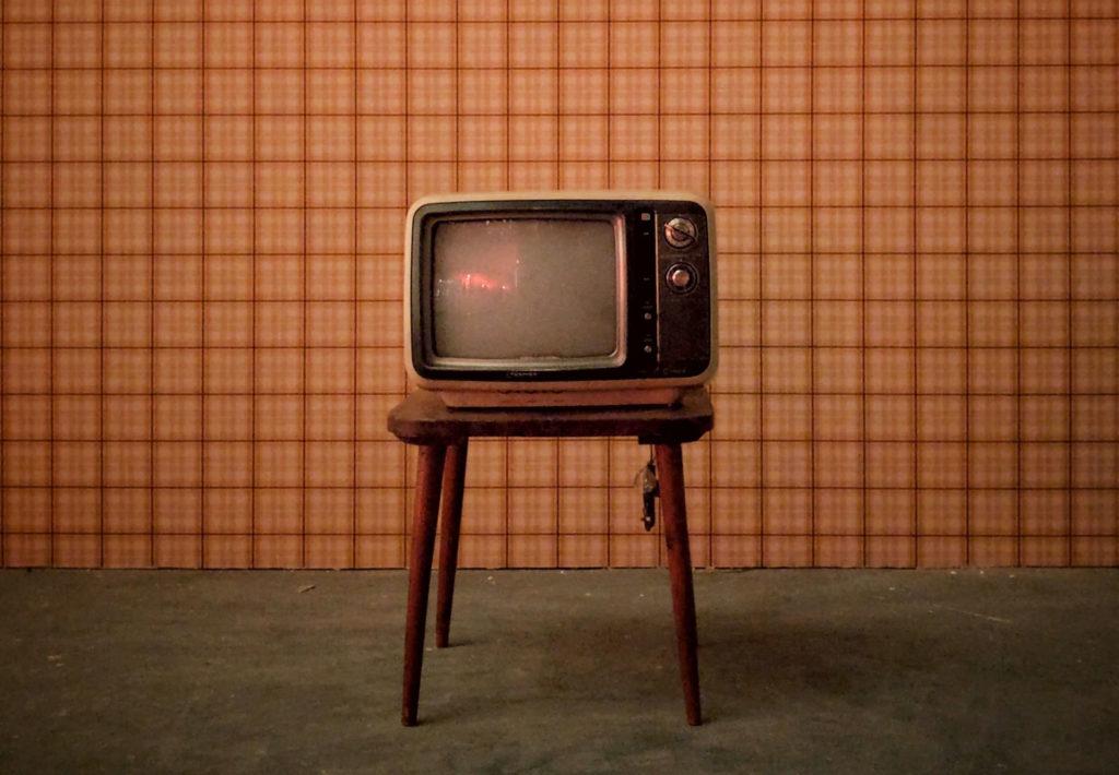 alter Fernseher auf einem Hocker