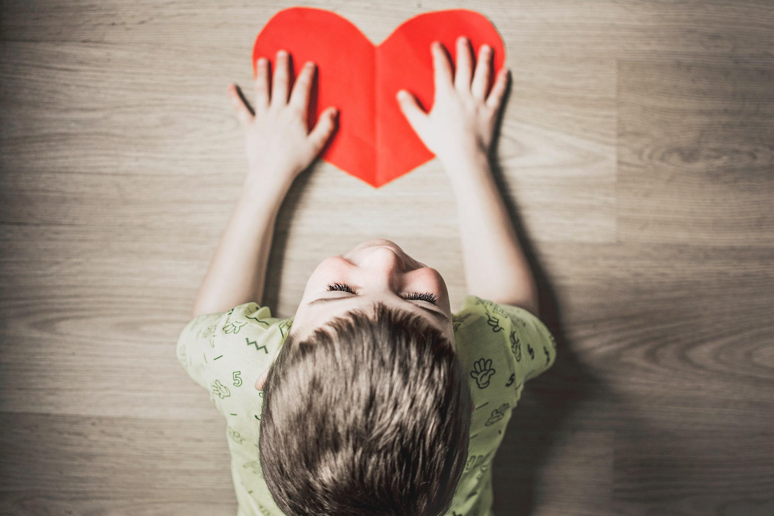 Junge mit Herz