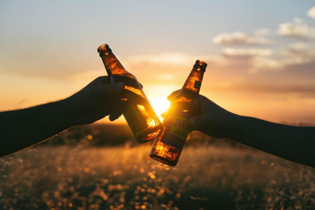 zwei Bierflaschen stoßen an