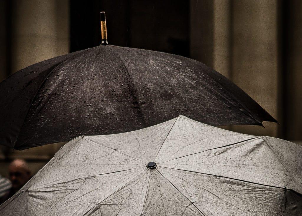 zwei Schirme im Regen