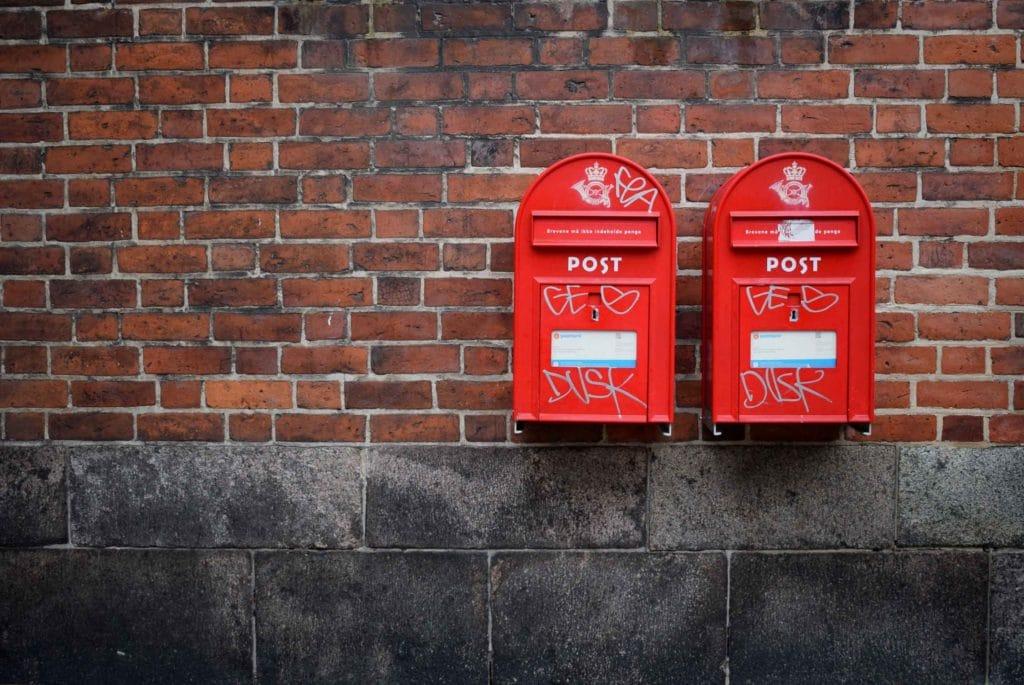 zwei Briefkästen an der Wand