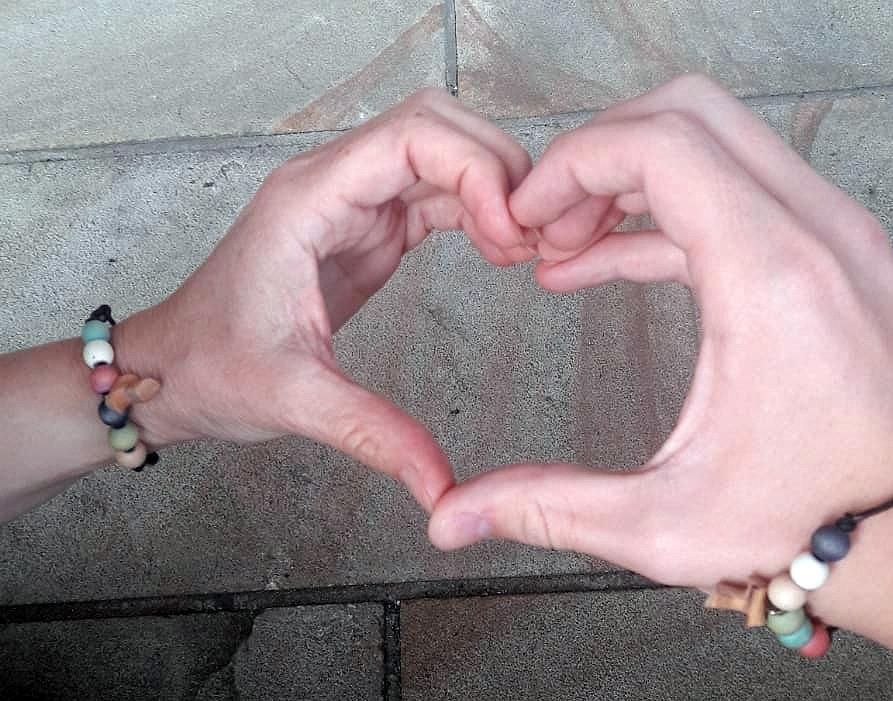 Hände mit Armband