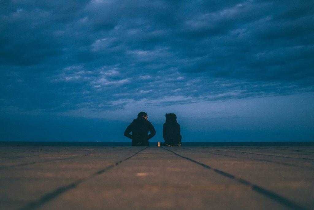 Zwei Menschen in der Dämmerung im Gespräch