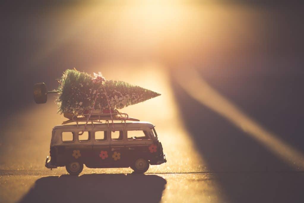 Bus mit Weihnachtsbaum