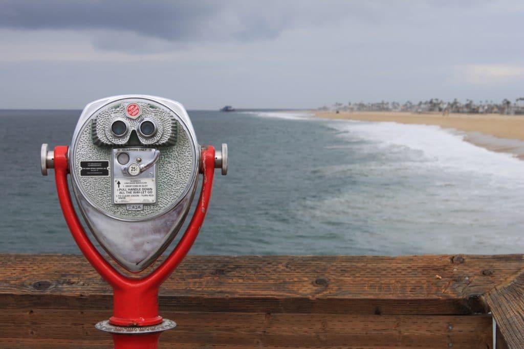 Ein Fernglas am Strand