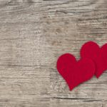 Zwei Herzen auf Holz