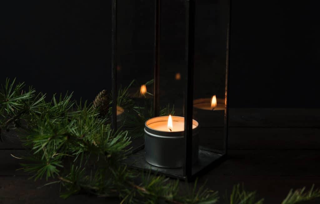 Kerze mit Tannenzweig